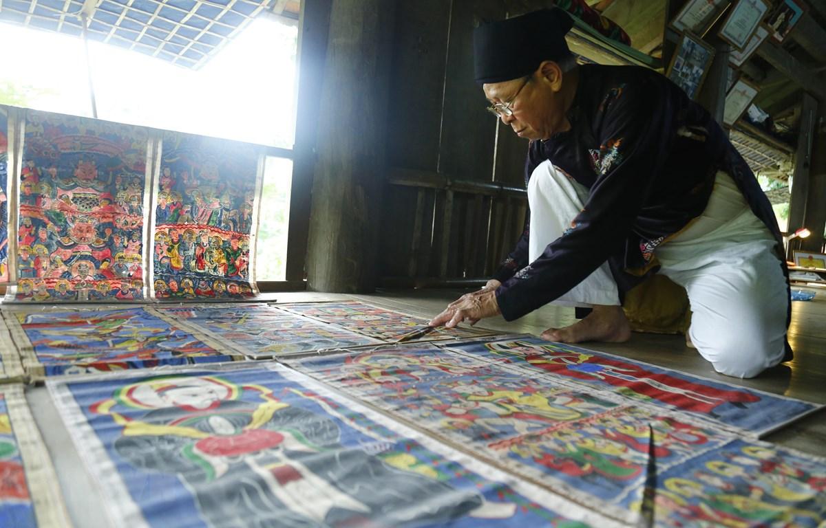 Nghệ nhân gìn giữ nét đẹp văn hóa trong tranh thờ của người Dao