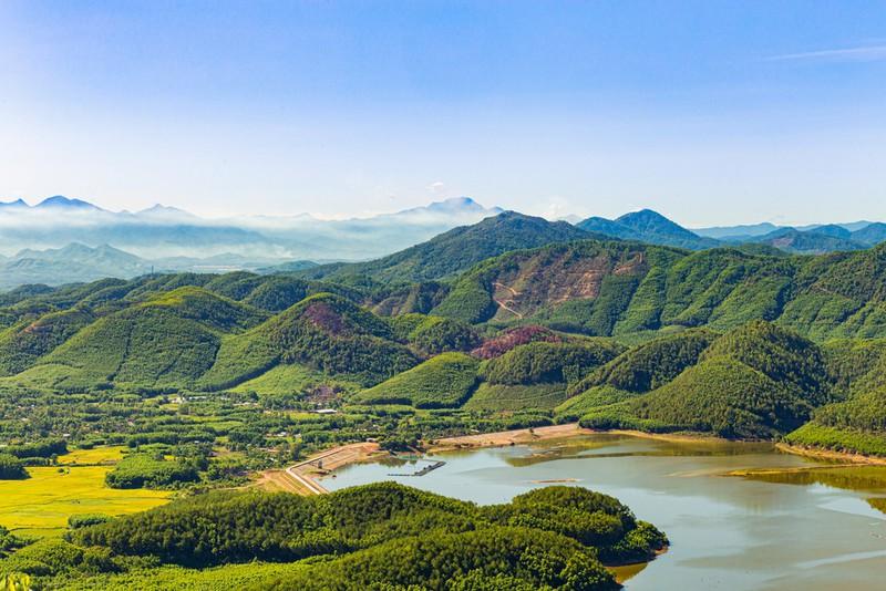 Ngắm núi, săn mây tại đỉnh Hòn Vượn xứ Huế