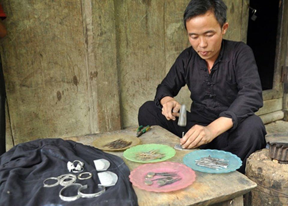 Nghề chạm khắc bạc của người Mông ở Sapa (Lào Cai)