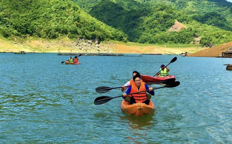 Chèo thuyền kayak - sản phẩm du lịch hấp dẫn trên hồ Hòa Bình