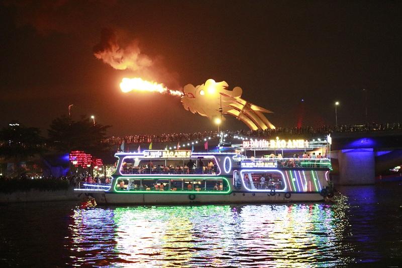 Đà Nẵng 'sôi động' tour du thuyền sông Hàn về đêm thu hút khách du lịch