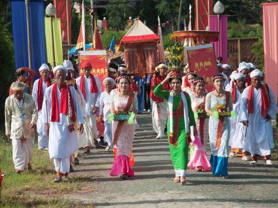 Lễ rước và thay y trang cho thần vua trong lễ hội Ka Tê