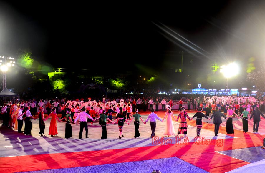 Mê mải điệu Xòe đồng bào Thái ở vùng Tây Bắc