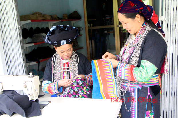 Người truyền nghề dệt may ở Sủng Máng (Hà Giang)
