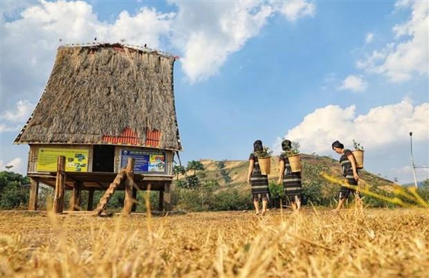 """Những mái nhà rông truyền thống – """"trái tim"""" của các buôn làng"""