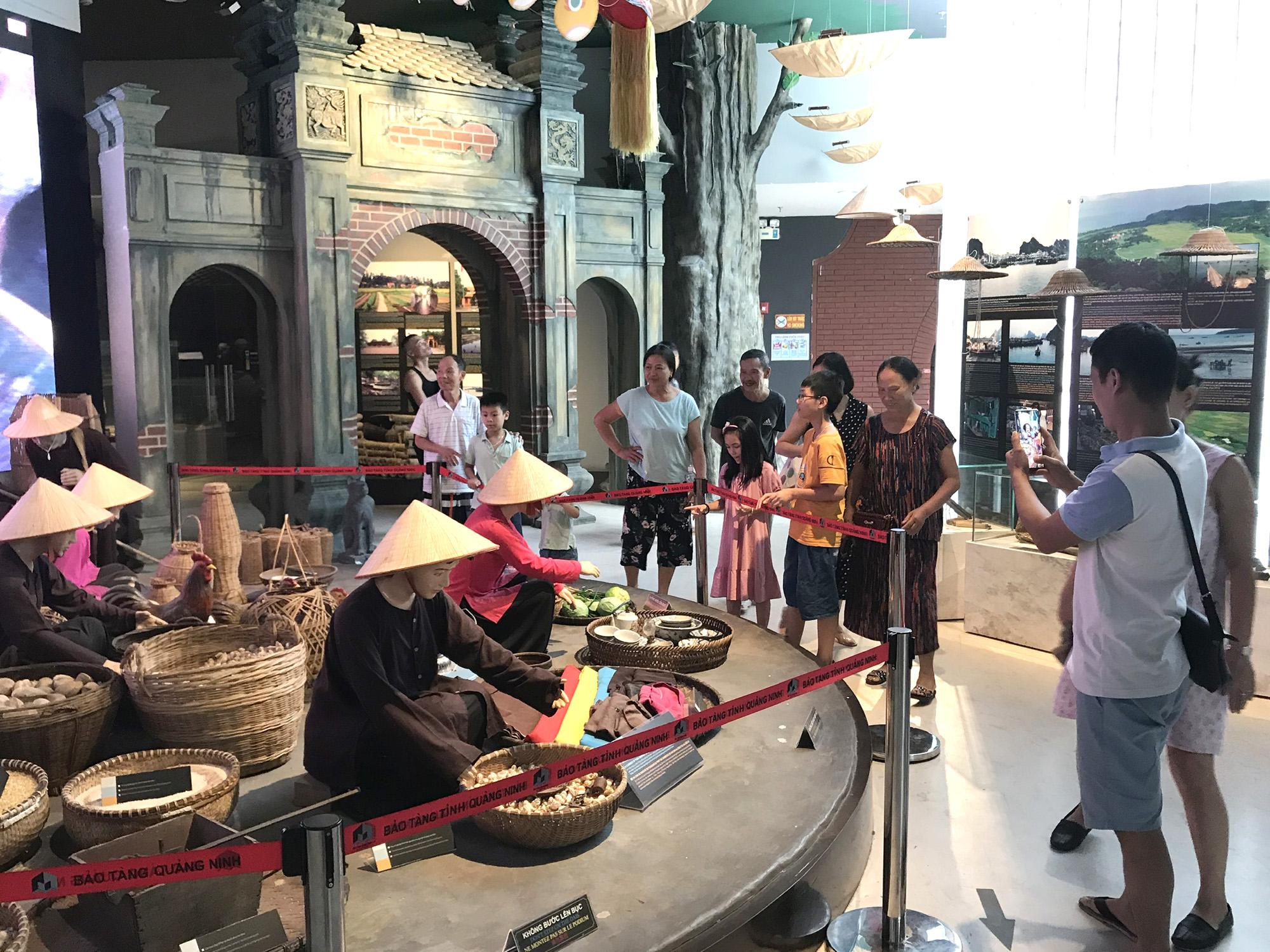 Khách du lịch đến Quảng Ninh dịp cuối tuần tăng trở lại