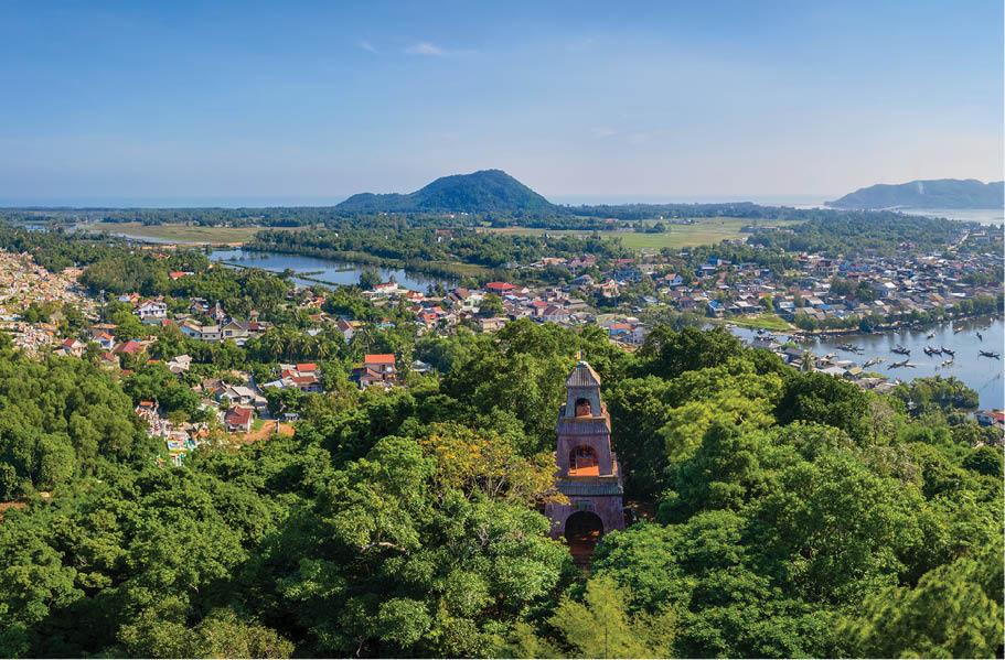 Ngắm hoàng hôn từ tháp cao Điều Ngự (Thừa Thiên Huế)