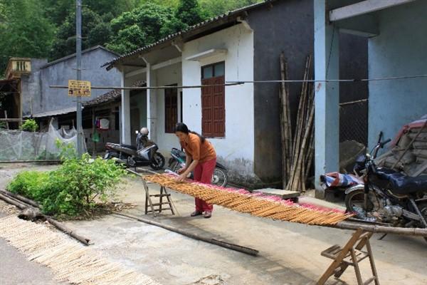 Nghề truyền thống làm hương thảo mộc xóm Nà Mạ