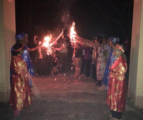 Thú vị với du lịch đốt đuốc đi xem hát bội ở Vĩnh Long