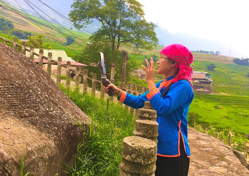 Lào Cai: Cô gái người Giáy làm tour du lịch online