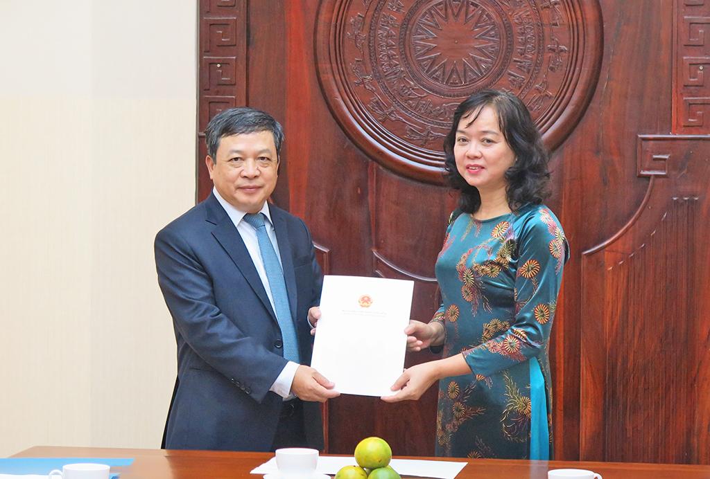 Thứ trưởng Đoàn Văn Việt trao quyết định nghỉ hưu cho Phó Tổng cục trưởng Tổng cục Du lịch Nguyễn Thị Thanh Hương