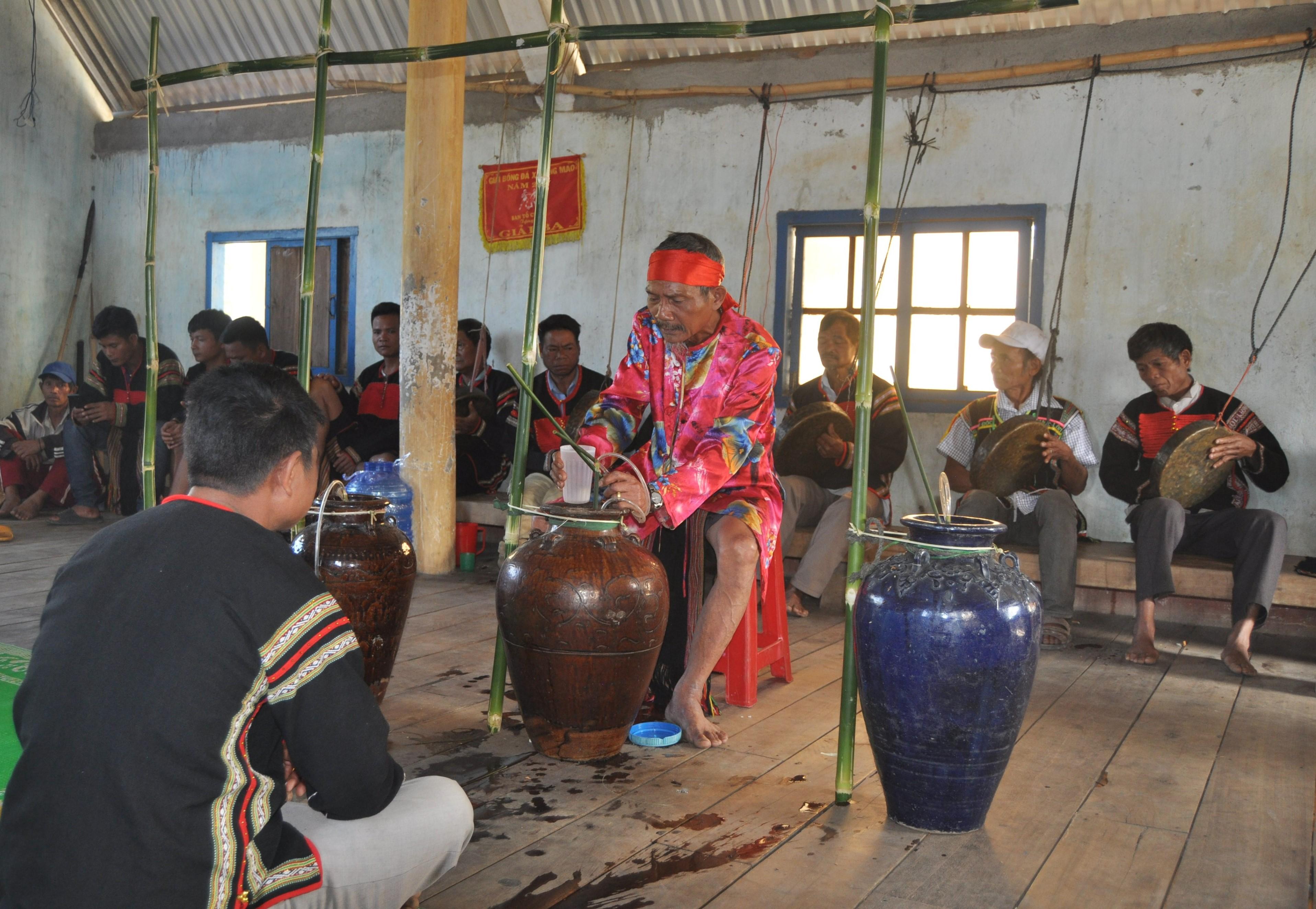 Lễ cúng bến nước của đồng bào Êđê tại buôn Kiều, xã Yang Mao (Đắk Lắk)
