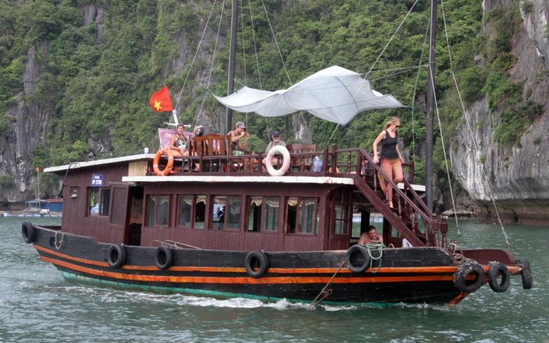 Tạm dừng đón khách du lịch đến quần đảo Cát Bà (Hải Phòng)