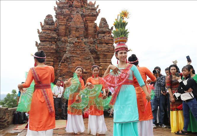 Khai thác văn hóa dân gian để phát triển du lịch