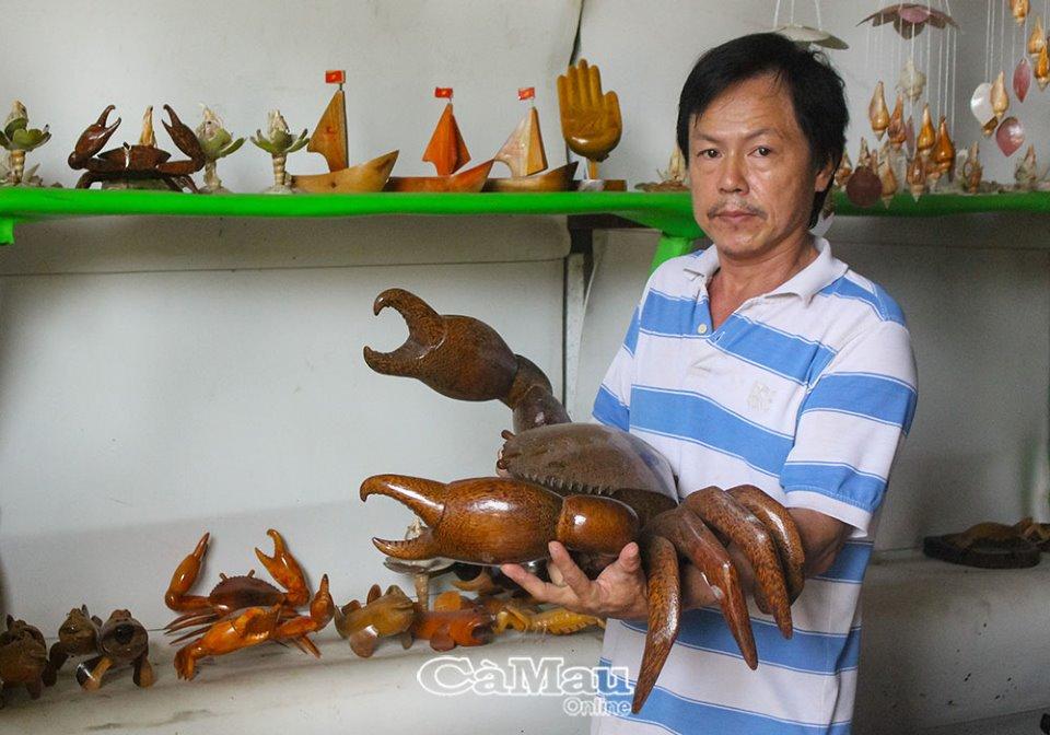 Tạo hình sản phẩm du lịch từ gỗ ở Cà Mau