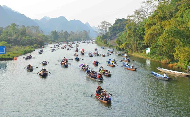 Chùa Hương đón 32 vạn lượt khách sau một tháng mở cửa trở lại