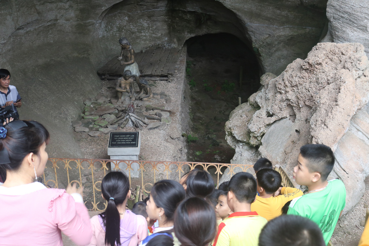 Thăm di tích lịch sử hang đá Trại (Hòa Bình)