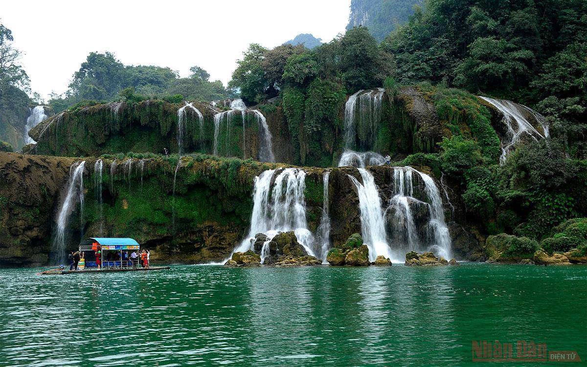 Những thác nước trong xanh - món quà từ mẹ thiên nhiên
