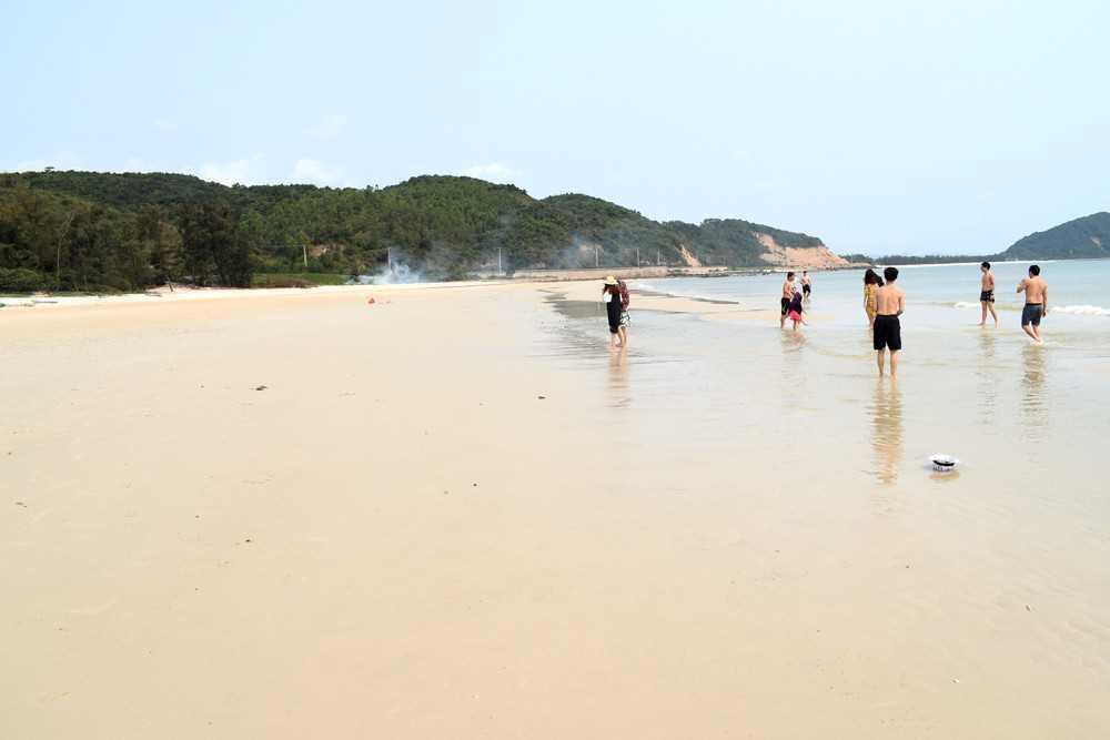 Quảng Ninh: Làm sạch bãi biển du lịch ở các xã đảo