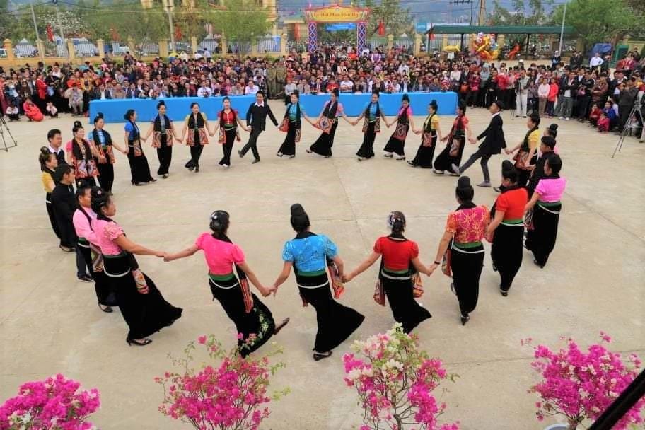 Về Sơn La xem điệu xòe Thái