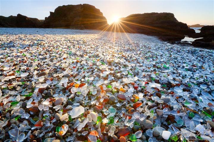 Mỹ: Bãi biển thủy tinh độc đáo được ''mẹ thiên nhiên'' tạo ra từ bãi rác
