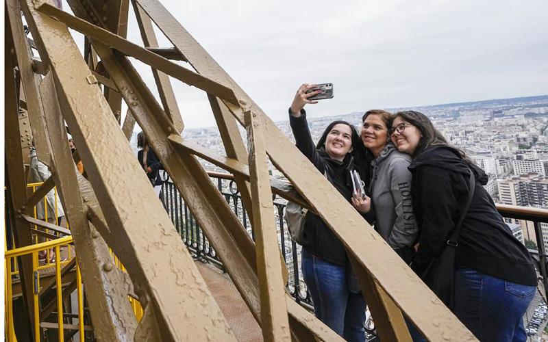 Sau gần 9 tháng, du khách đã được ngắm toàn cảnh Paris từ Tháp Eiffel