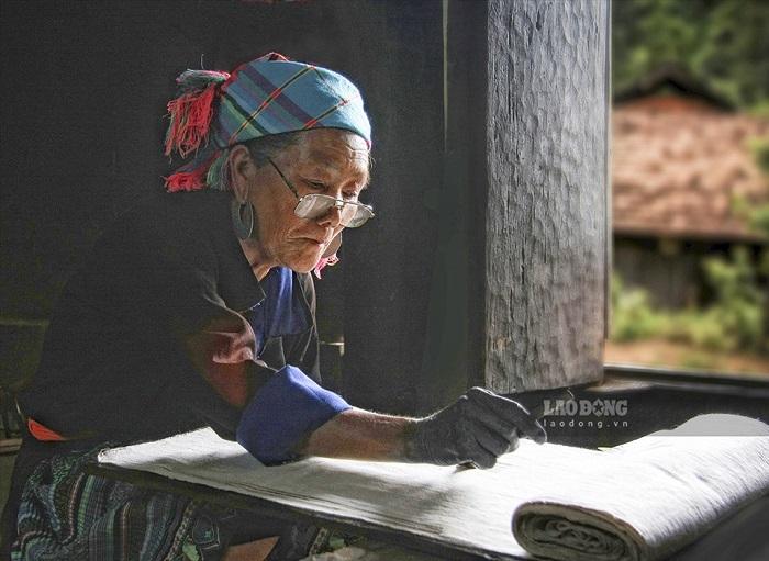 Những đôi tay nhúng chàm tạo di sản người Mông
