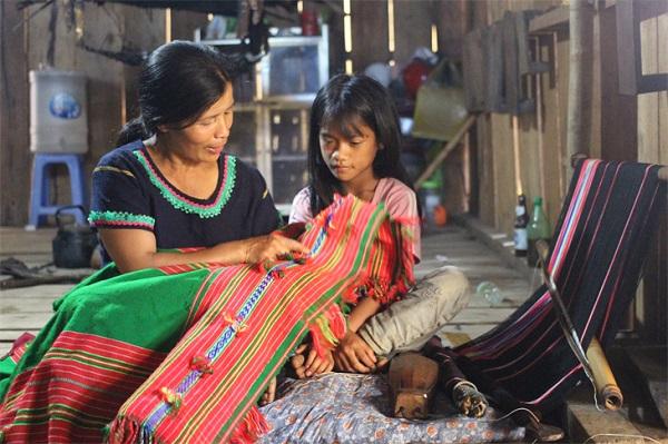 Kon Tum: Người vực dậy nghề dệt thổ cẩm ở Măng Ri