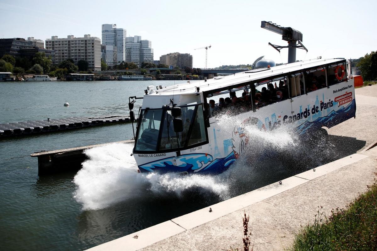 Du khách phấn khích trải nghiệm xe bus lao xuống sông Seine