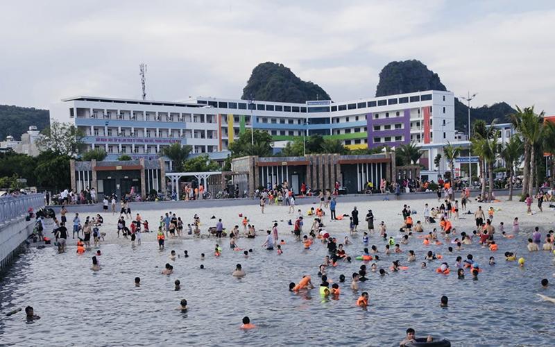 Quảng Ninh: Thành phố Hạ Long cho phép mở lại bãi tắm công cộng
