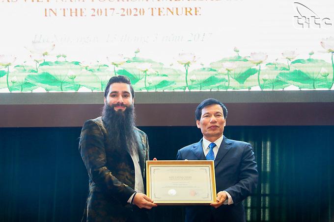 Bộ trưởng Nguyễn Ngọc Thiện chính thức trao Quyết định bổ nhiệm Đại sứ Du lịch Việt Nam cho đạo diễn Jordan Vogt-Roberts