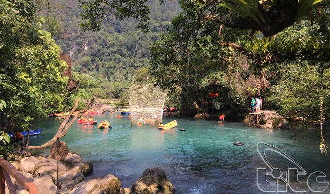 Đến suối Nước Moọc tận hưởng không gian xanh trong lành