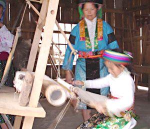Dệt vải lanh: Nghề thủ công truyền thống của dân tộc Mông
